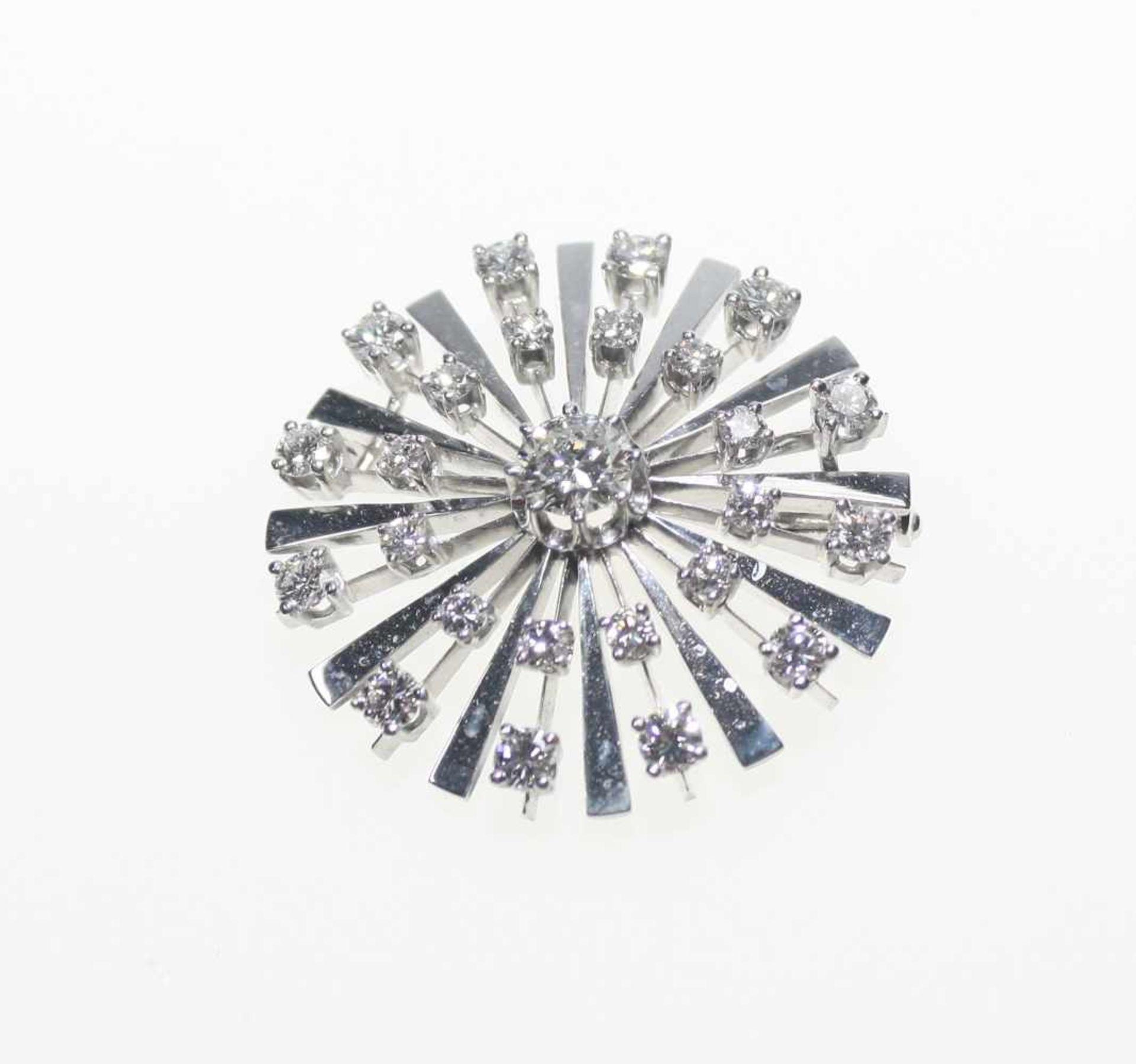 Runde Strahlenbrosche 585/f gest., zur Mitte ein Diamant in Brillantschliff ca. 0,65 ct, in