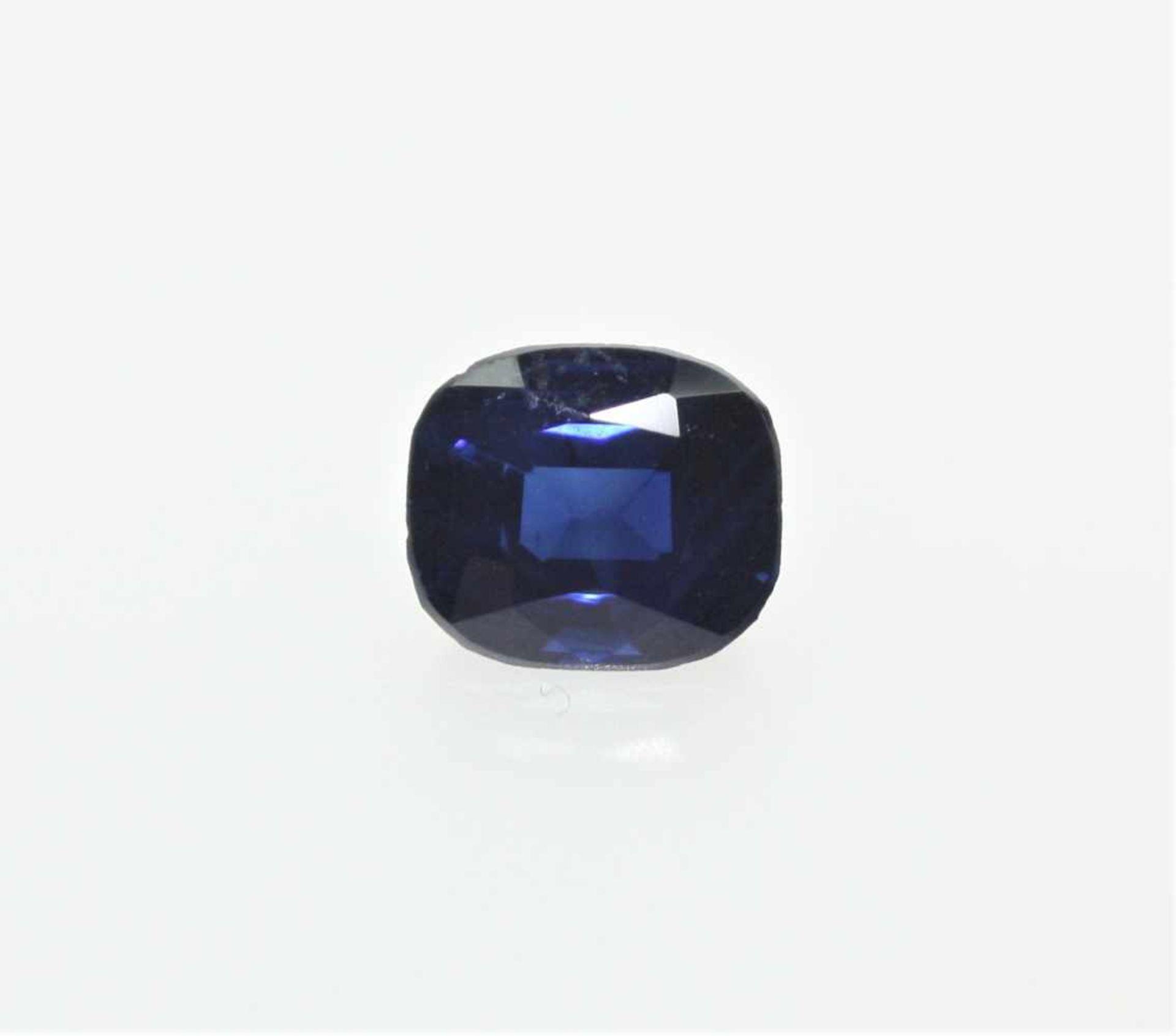 Ein ungefasster, dunkelblauer Saphir ca. 1,90 ct, stumpf/rechteckig gemischter Schliff, eine winzige