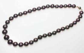 Braune Tahitiperlkette leicht pink glänzend, farbveredelt, Perlen leicht barock, in leichtem Verlauf