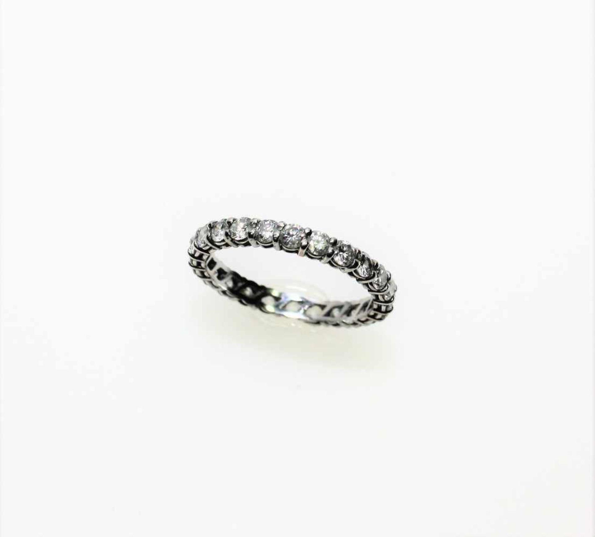 Los 54 - Weißgoldener Memoryring ca. 585/f, Diamanten in Brillantschliff zus.ca. 1,20 ct in leicht