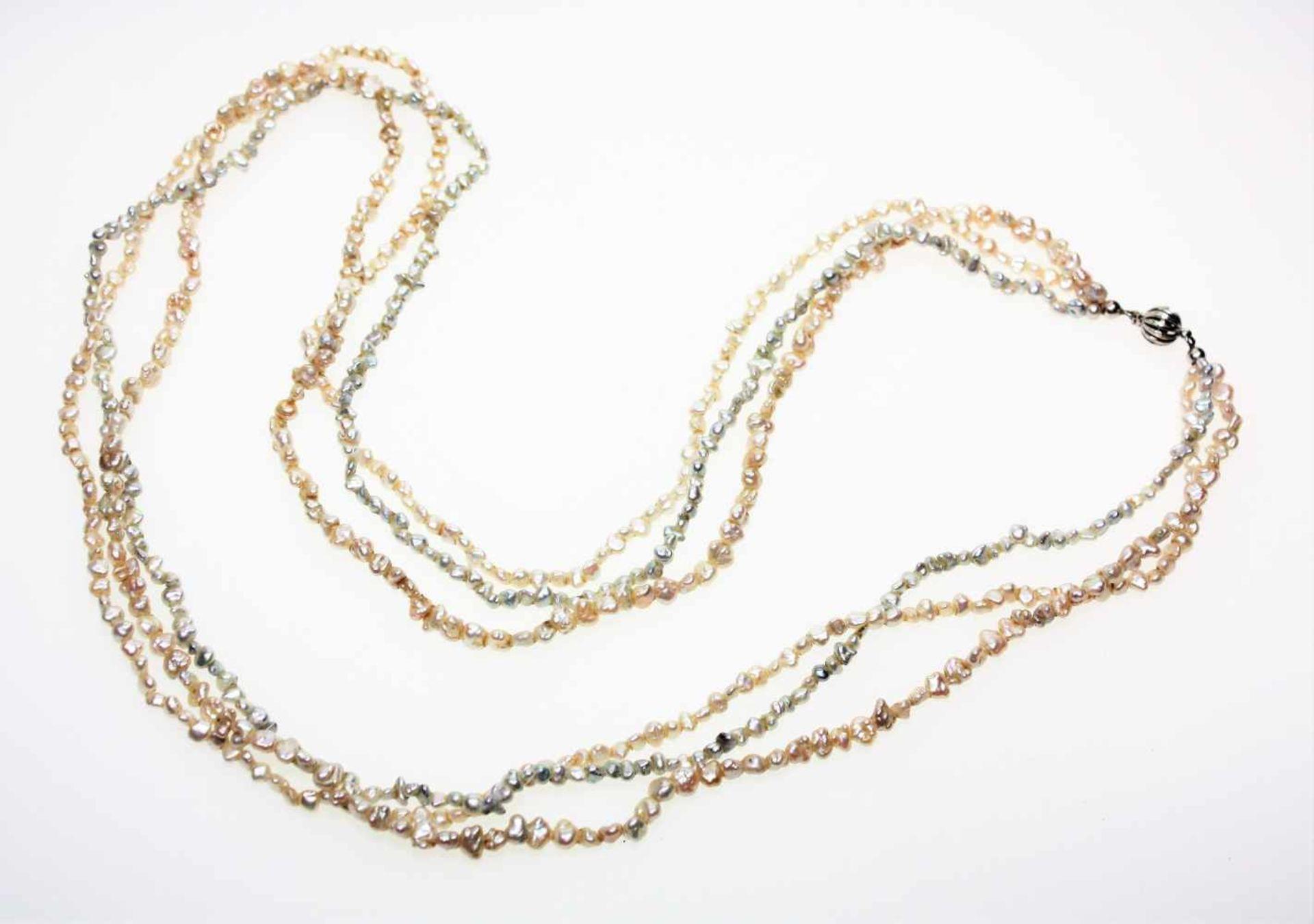 Los 12 - Dreireihige Kette aus kleinen, unregelmäßigen Biwa-Perlen, zwei Stränge leicht rosé, ein Strang