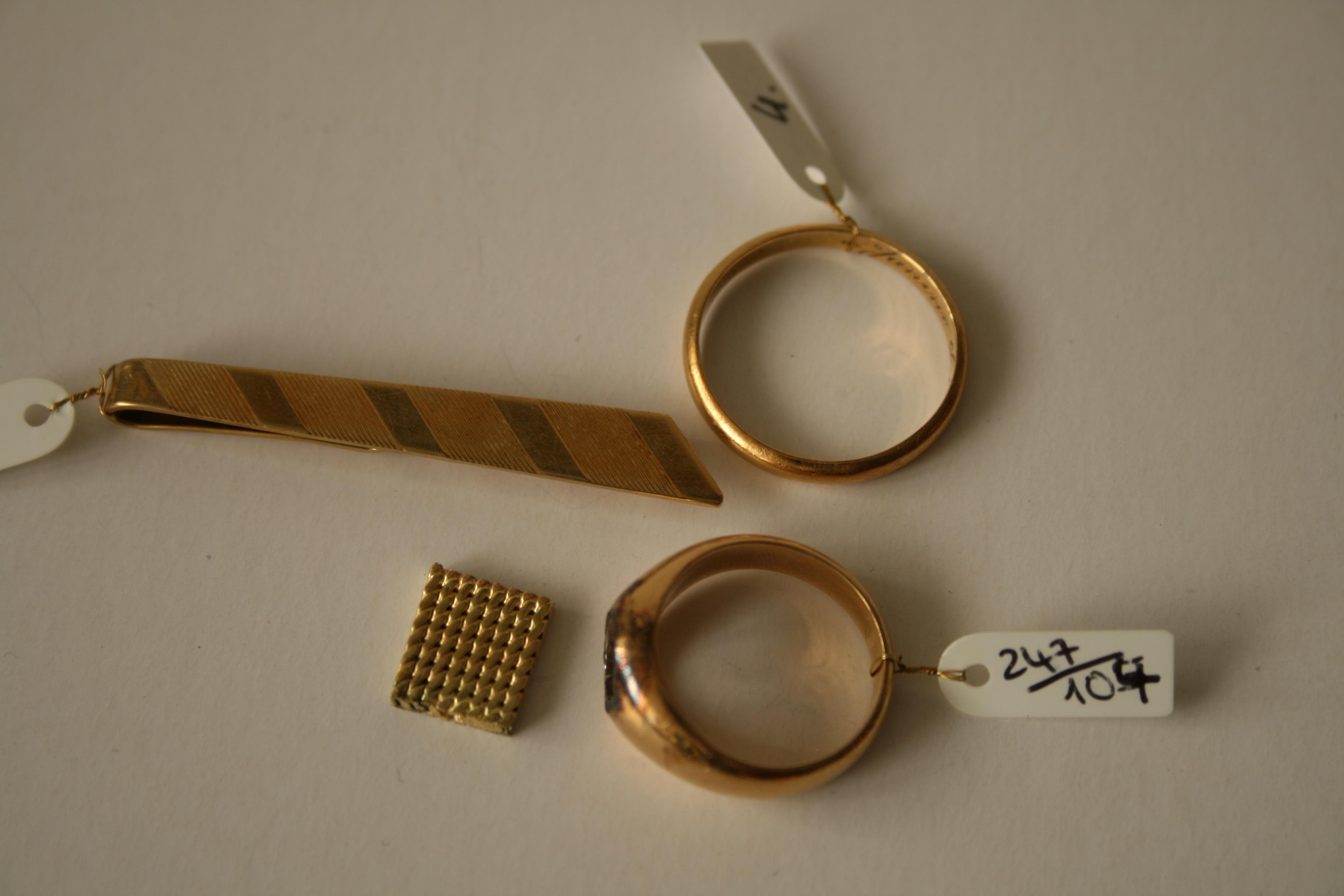 Lot 12 - Maille d'un bracelet, or jaune 750 - Longueur: 11 mm, Largeur: 9 mm, Poids: 2,74 g + [...]