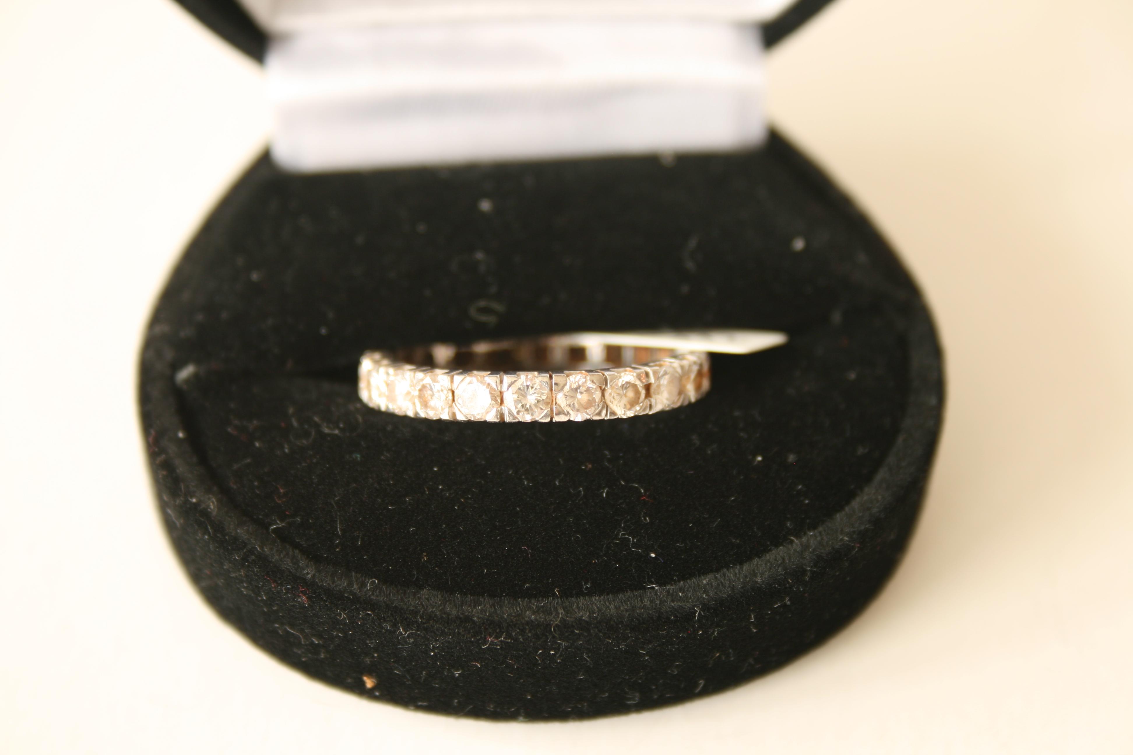 Lot 39 - Alliance américaine en or blanc 18 ct composée de 22 diamants de 0,10 ct chacun, [...]