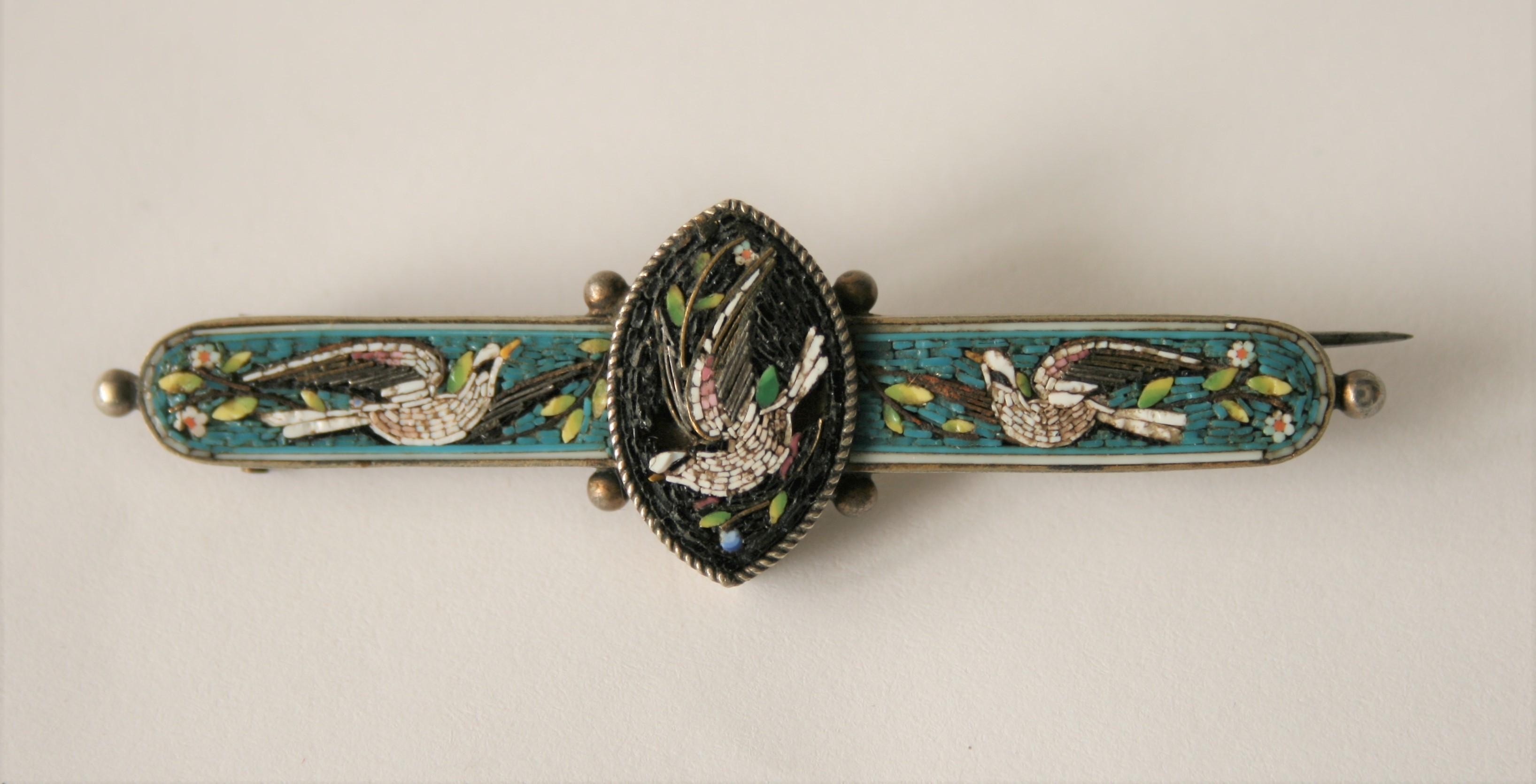Lot 32 - Broche émaillée à motifs d'oiseaux et de fleurs sur fond turquoise et noir, grande [...]