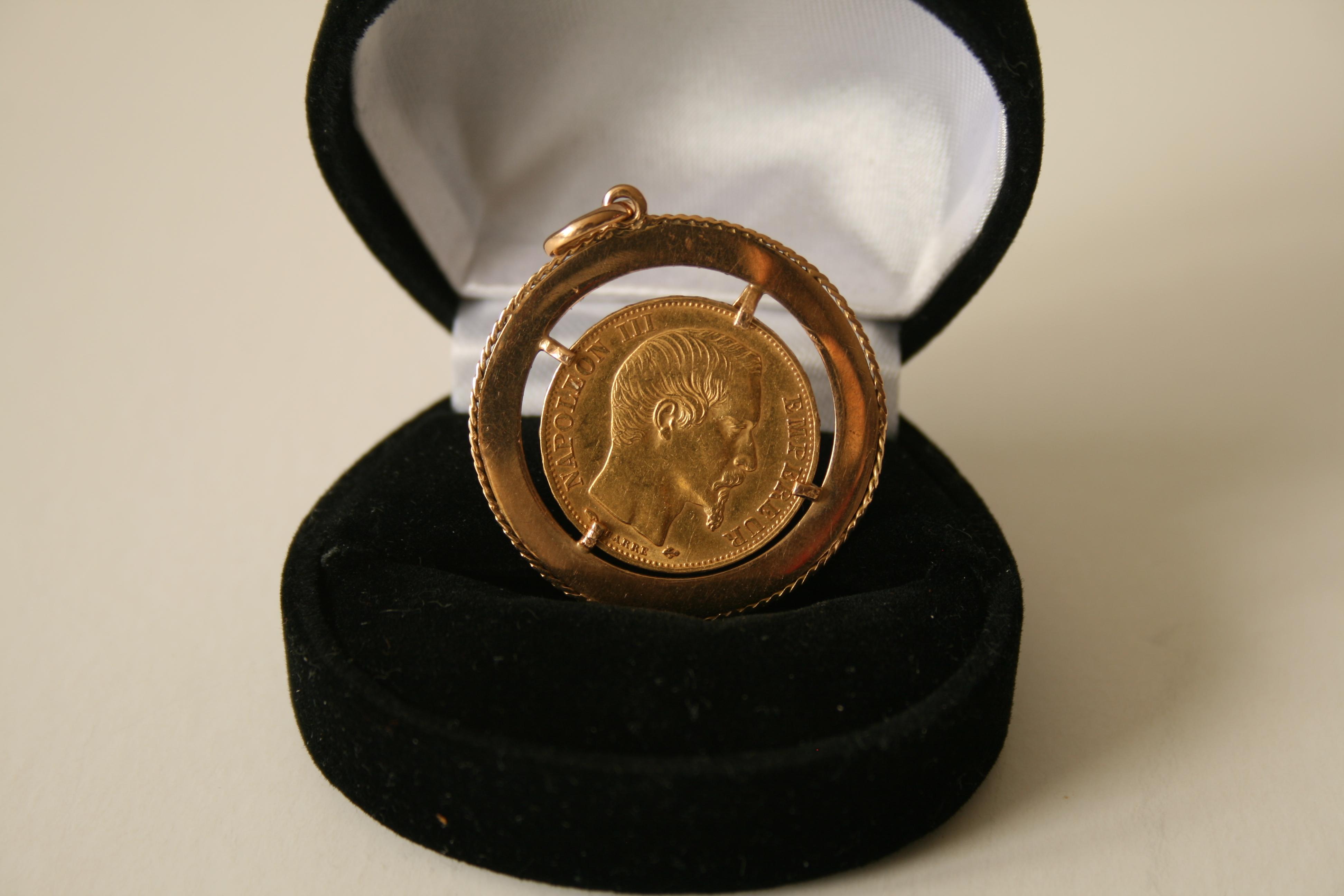 """Lot 11 - Pendentif en or 750 constitué d'une pièce de 20 francs """"Empereur Napoléon III"""" de [...]"""