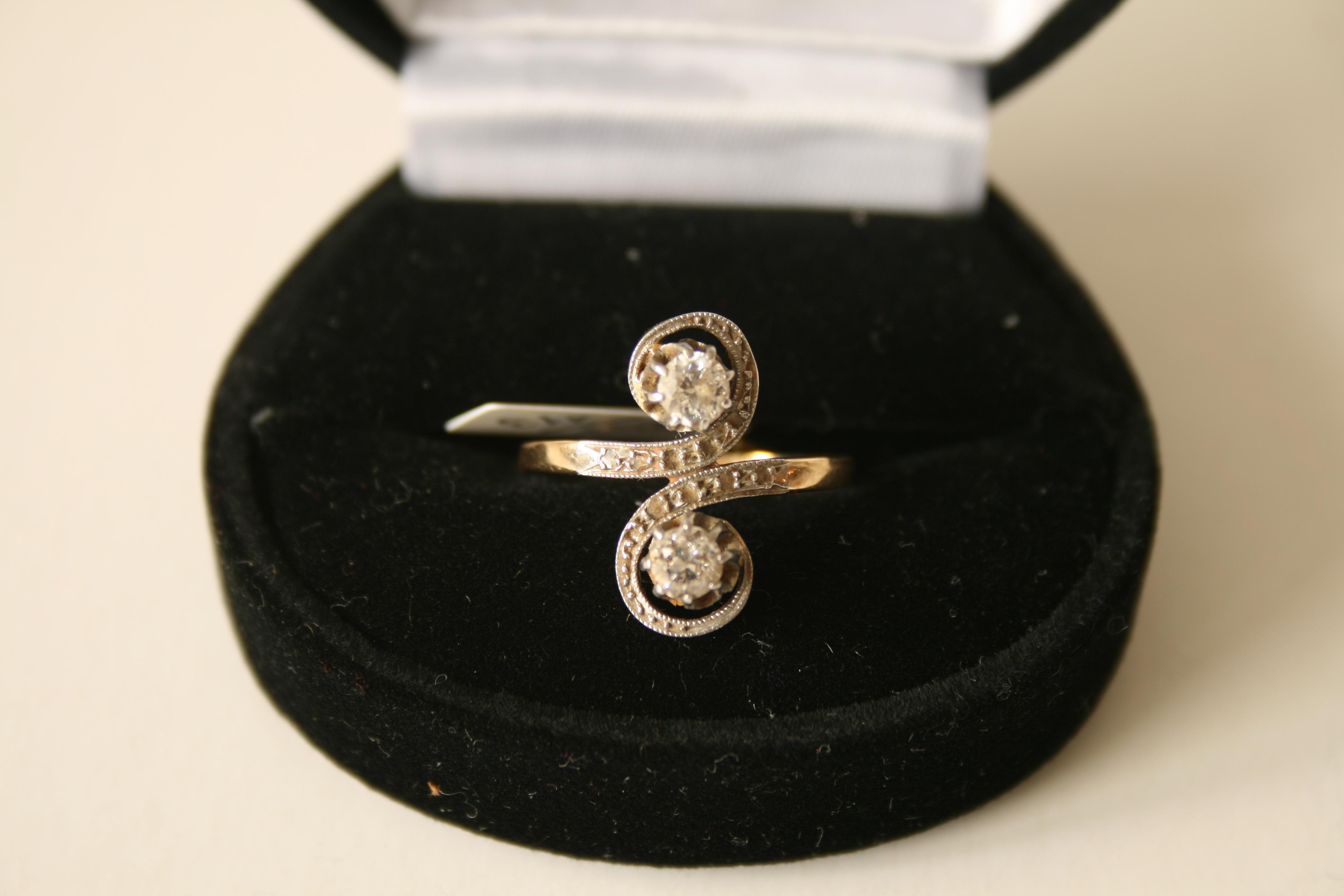 """Lot 38 - Bague ancienne """"Toi et Moi"""" de 2 diamants de 0,23 ct, monture plaquée or bicolore, [...]"""