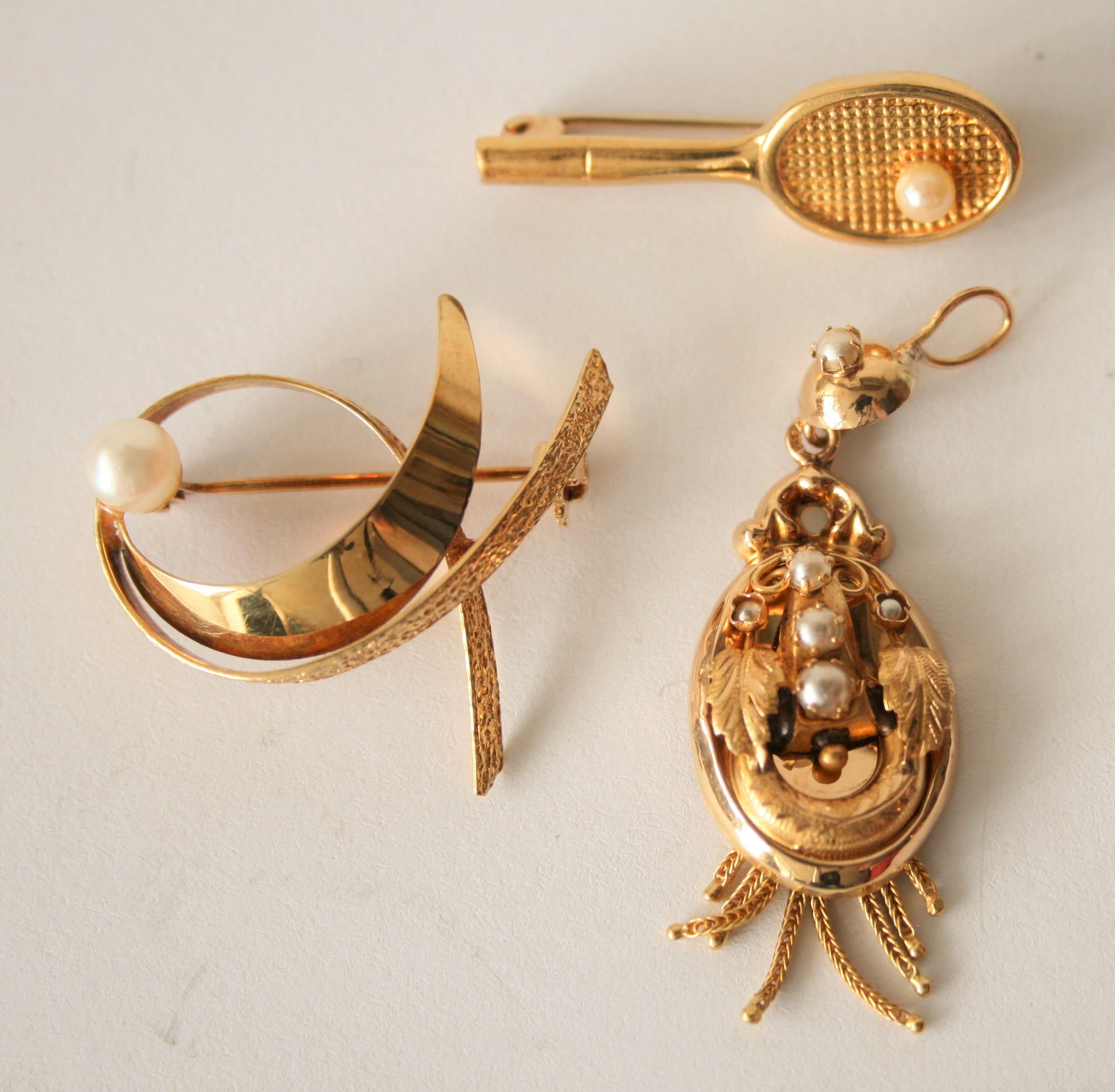 Lot 15 - Ensemble de 3 bijoux en Or 14 et 18 ct, 2 broches et un pendentaif - Poids total : 7 [...]