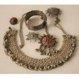 Ensemble disparate de bijoux en argent, origine du Maghreb : collier avec perles [...]