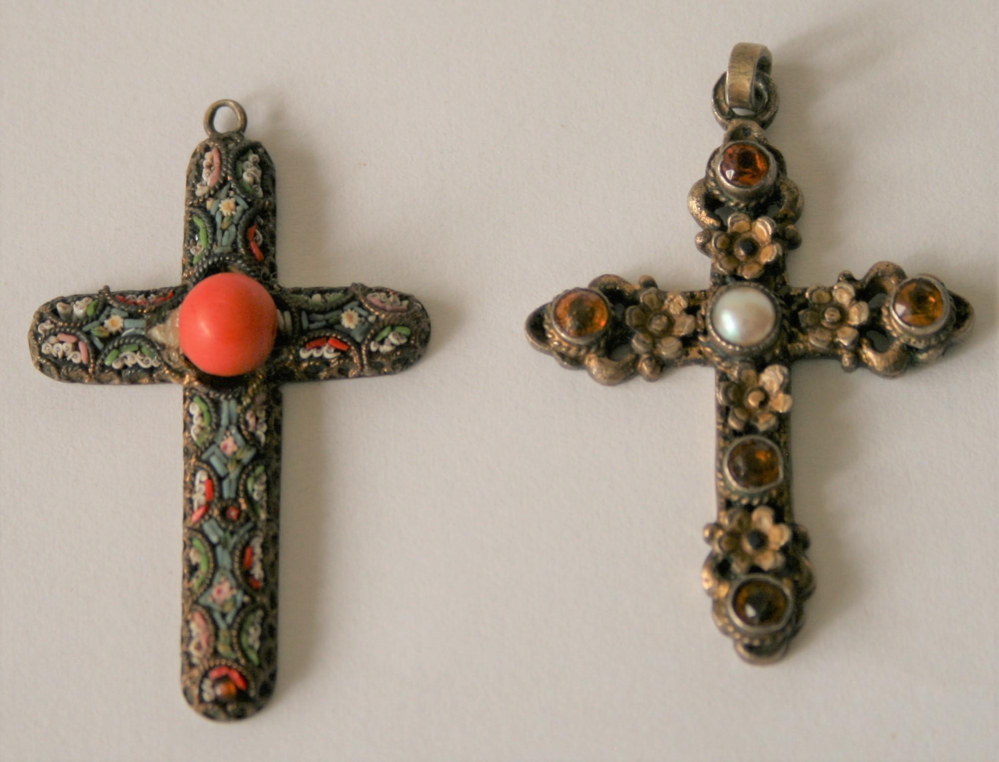Ensemble de 2 croix en argent montées en pendantif, l'une avec corail, l'autre à 5 [...]
