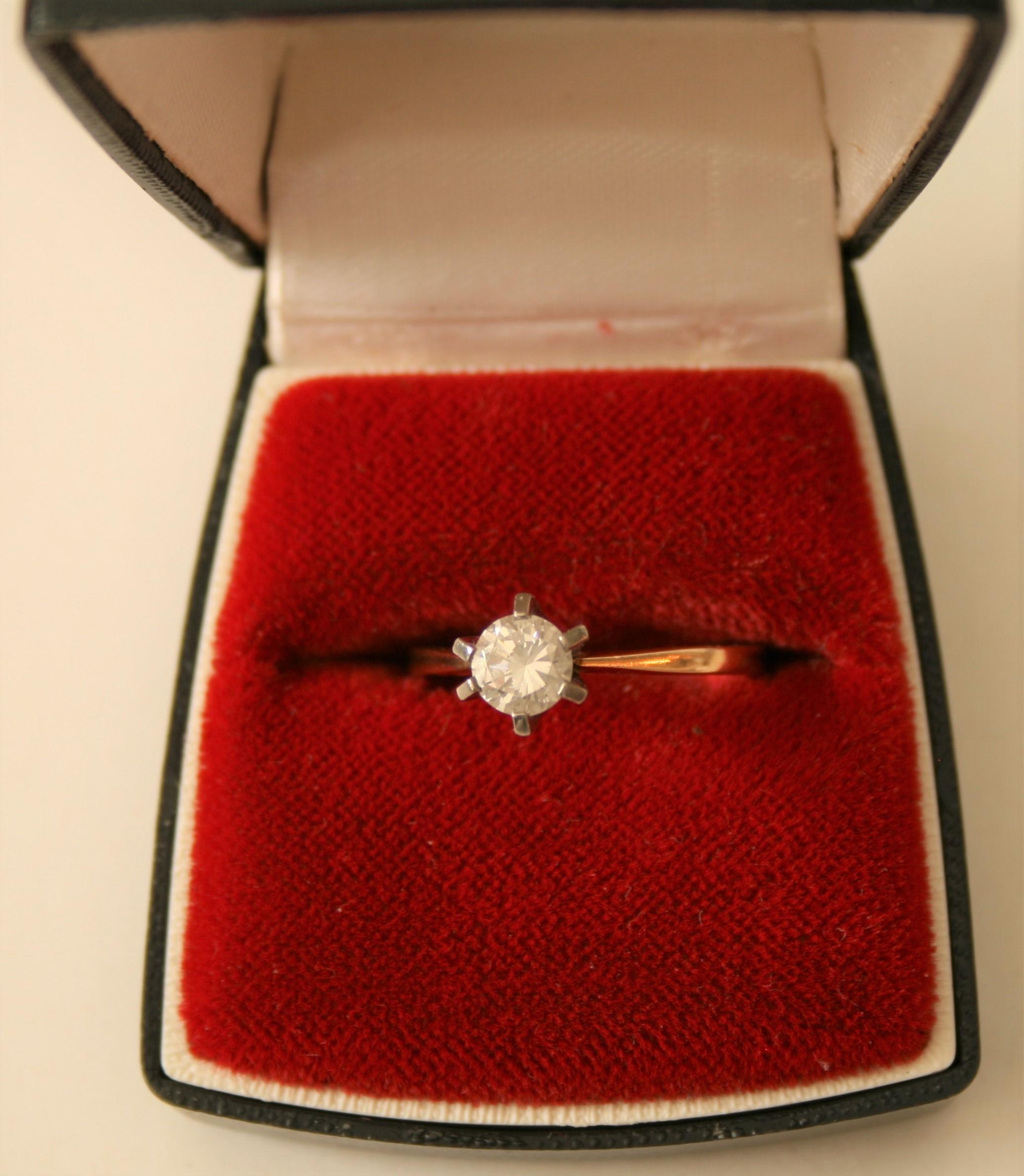 Bague en or jaune 18ct sertie d'un diamant solitaire de 0,45 ct - Poids brut : 3,53 [...]