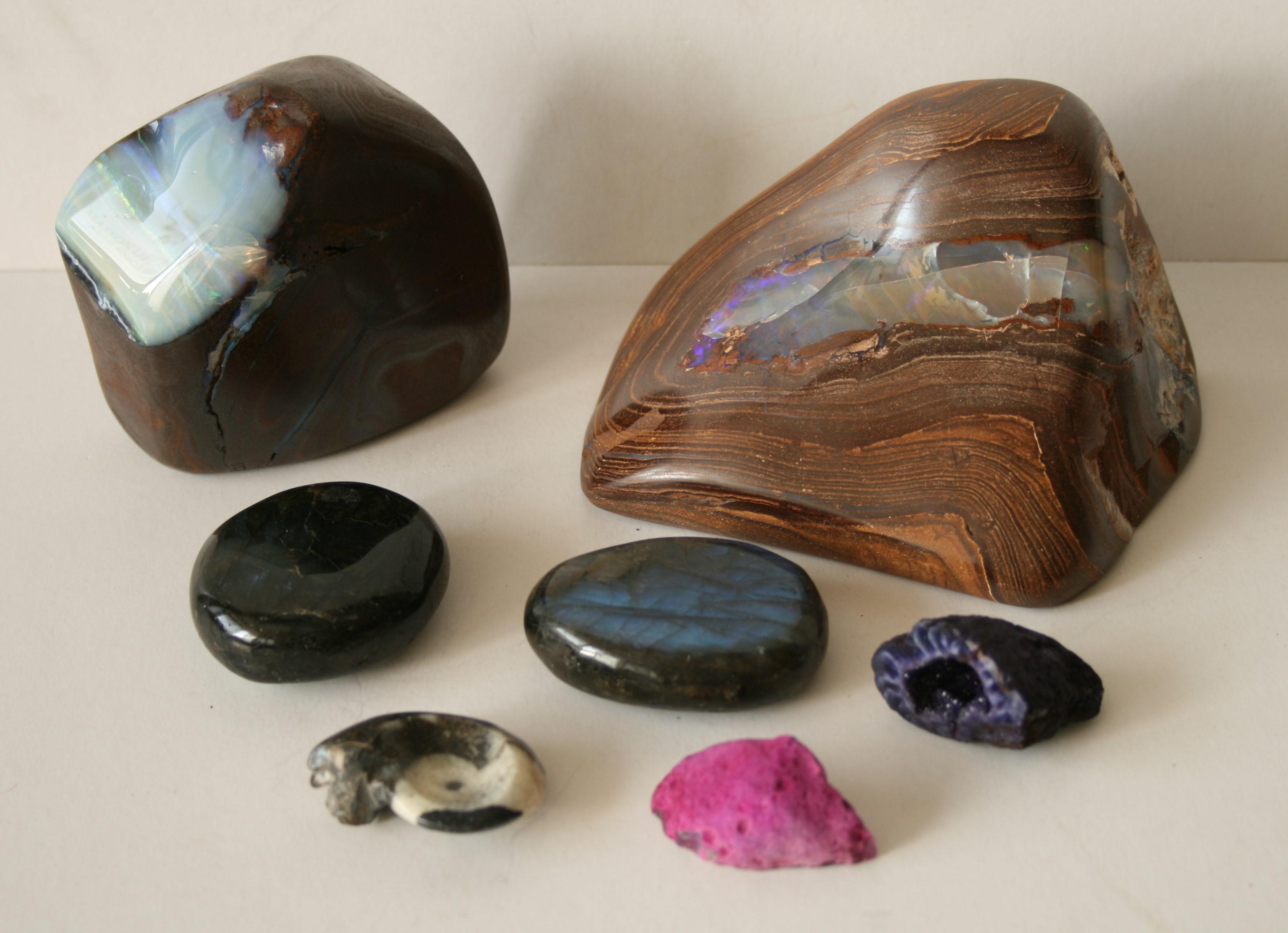 Ensemble de 5 pierres polies aux reflets irisés et 2 pierres aux couleurs [...]