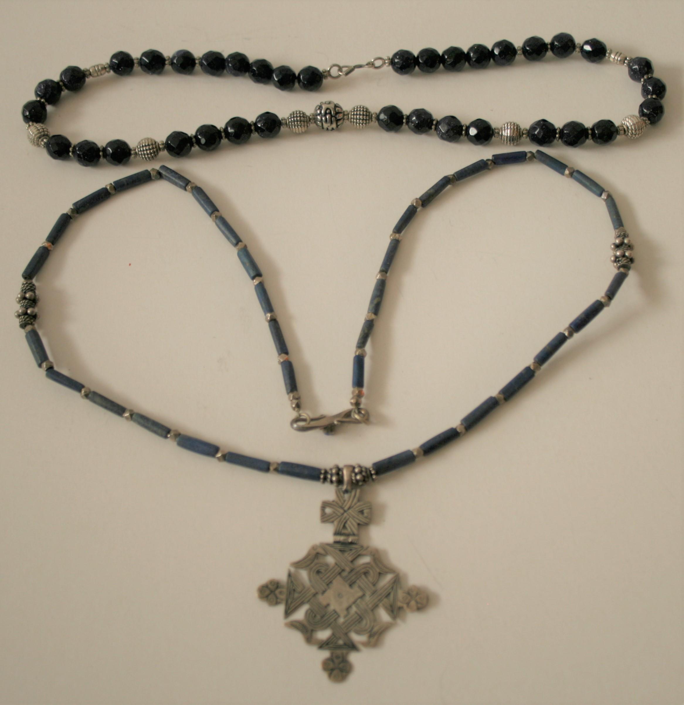 Collier en argent et Lapis Lazuli non poli terminé par un pendentif aux arabesques [...]