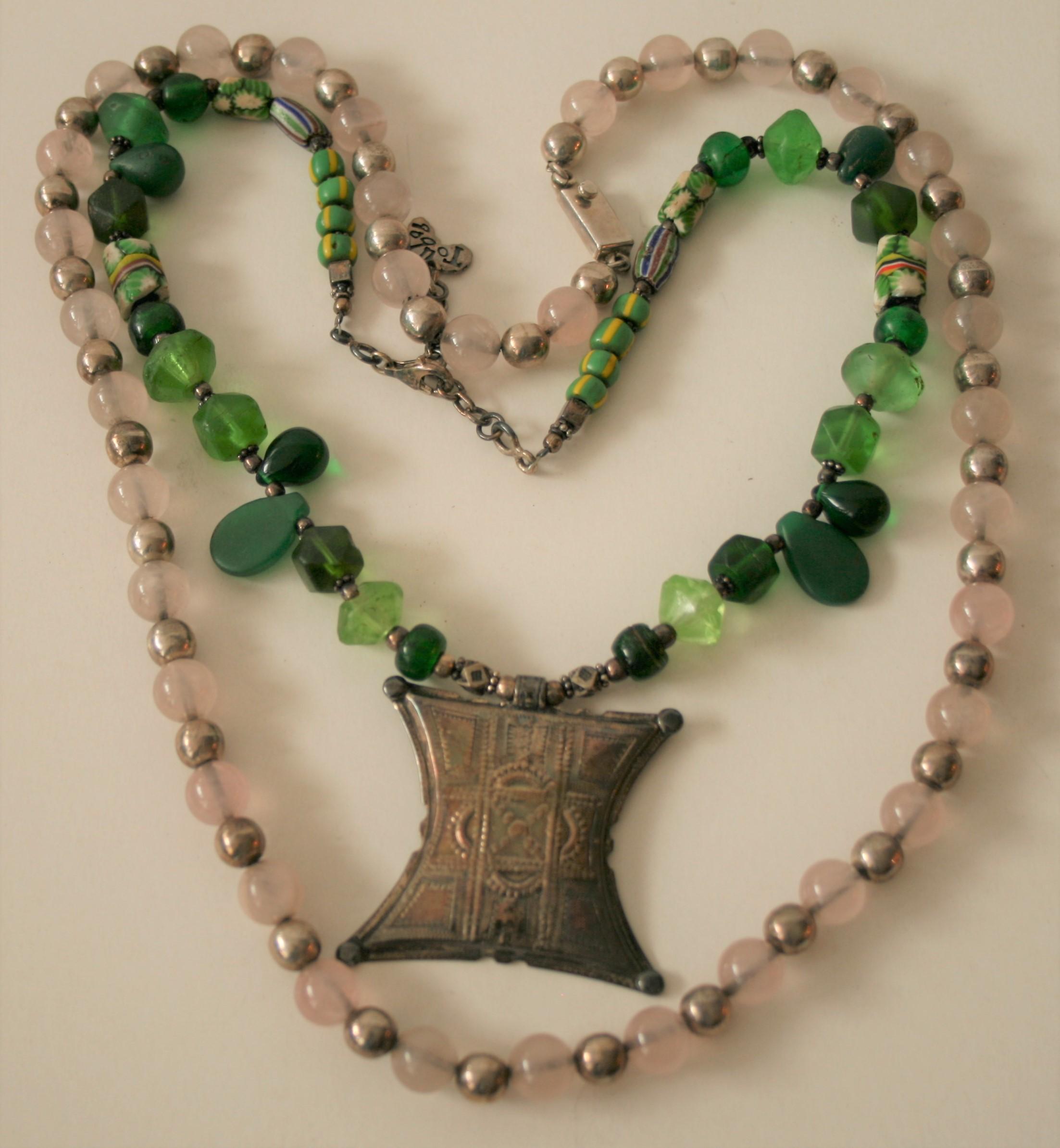 Collier en argent, perles de verre rosacées, artisanat mexicain - Longueur : 60 cm + [...]