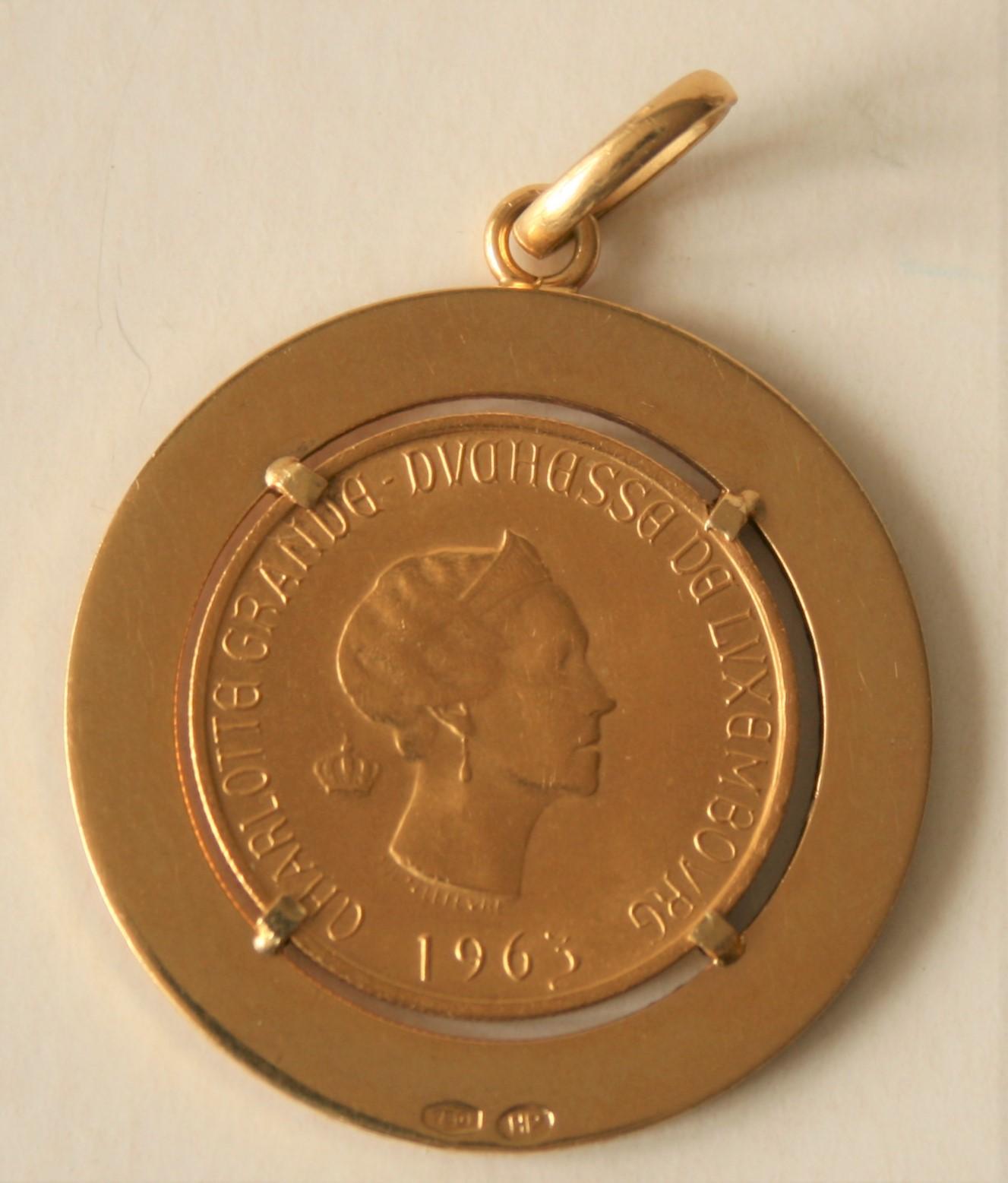 Pièce en or Luxembourg Grande-Duchesse Charlotte 1963 montée sur une broche en or [...]