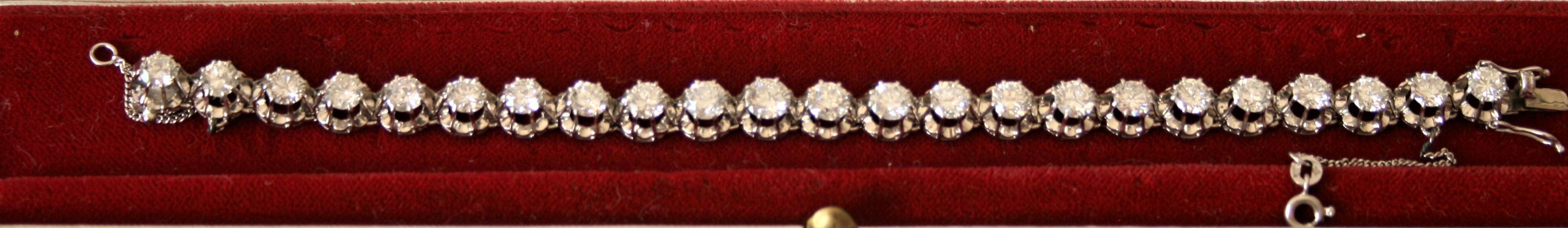 Bracelet en platine constitué de 23 diamants ronds totalisant 12 Carats blancs et [...]