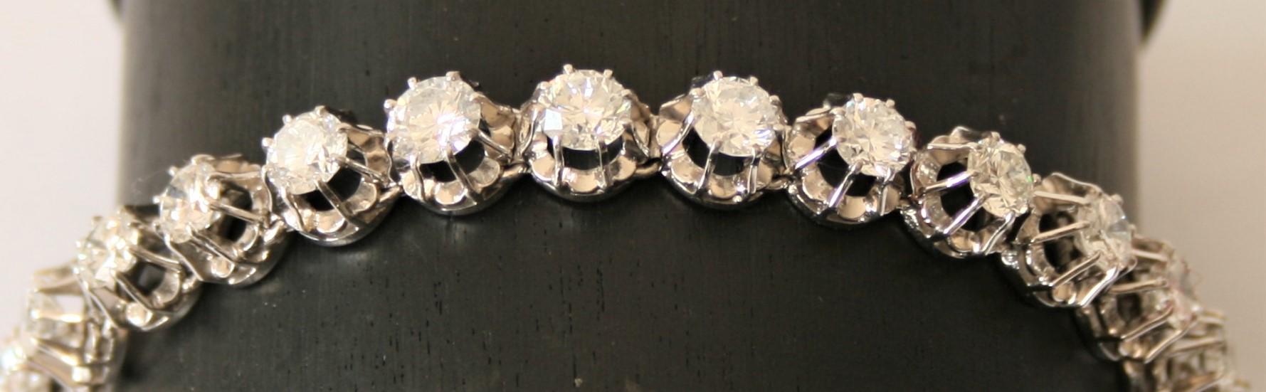 Bracelet en platine constitué de 23 diamants ronds totalisant 12 Carats blancs et [...] - Image 2 of 2
