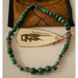 Collier de perles en malachite du Zaïre et ornements en argent de Birmanie, pièce [...]