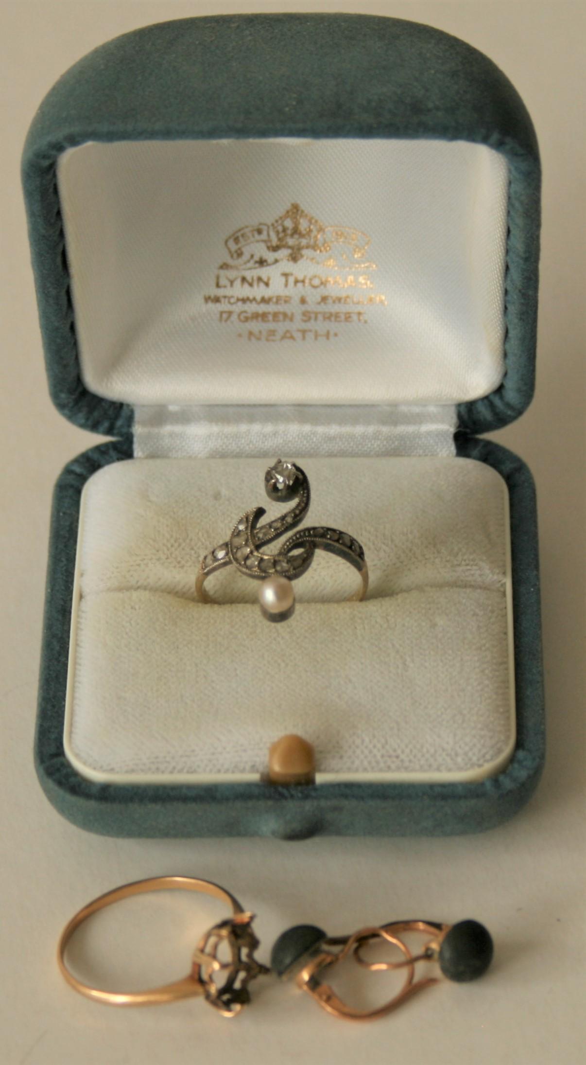 """Ensemble de petits bijoux en or : bague """"toi et moi"""" des années 1900 (perle et [...]"""