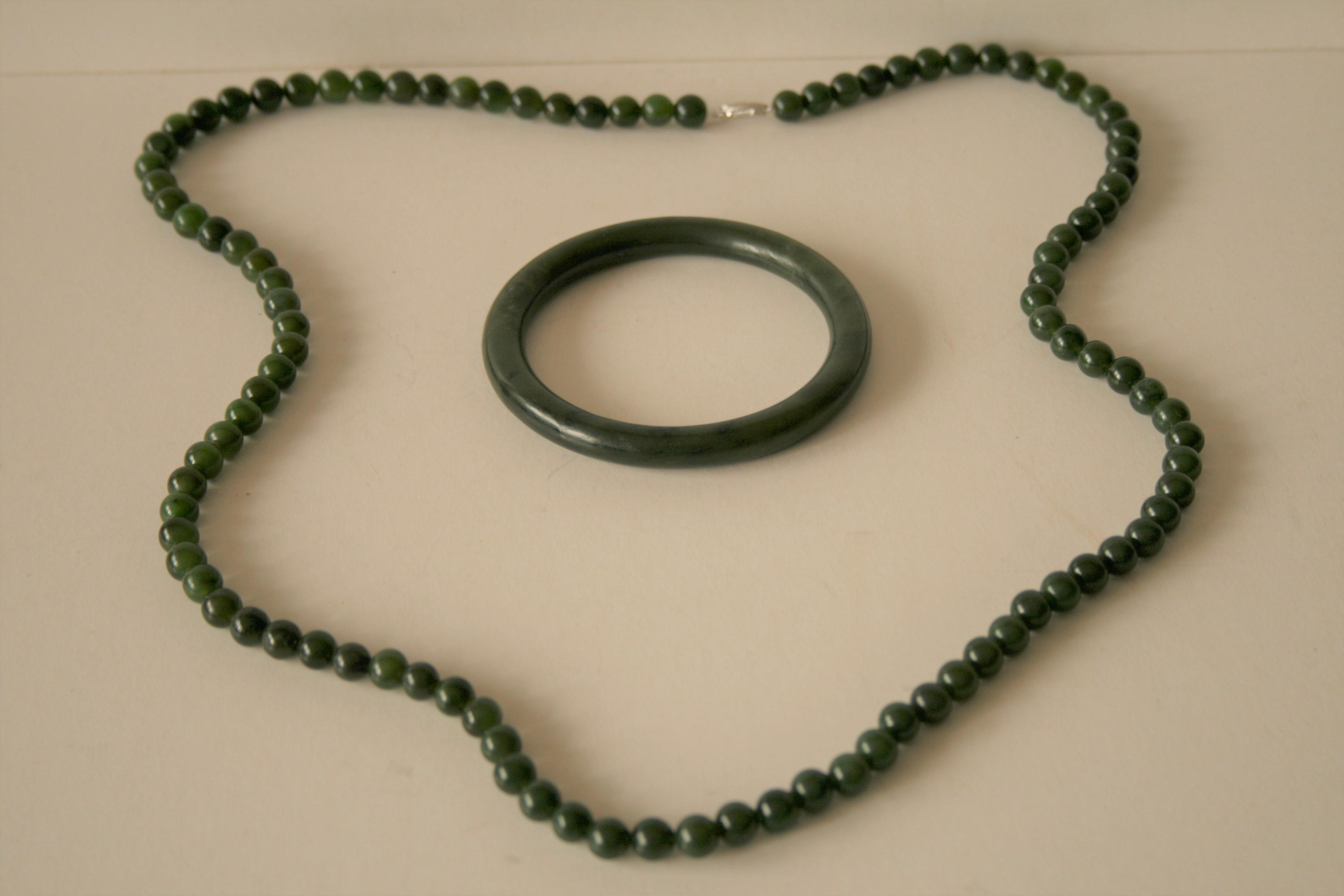 Collier et bracelet en jadéite, travail des années 80, fermoir du collier en argent [...]
