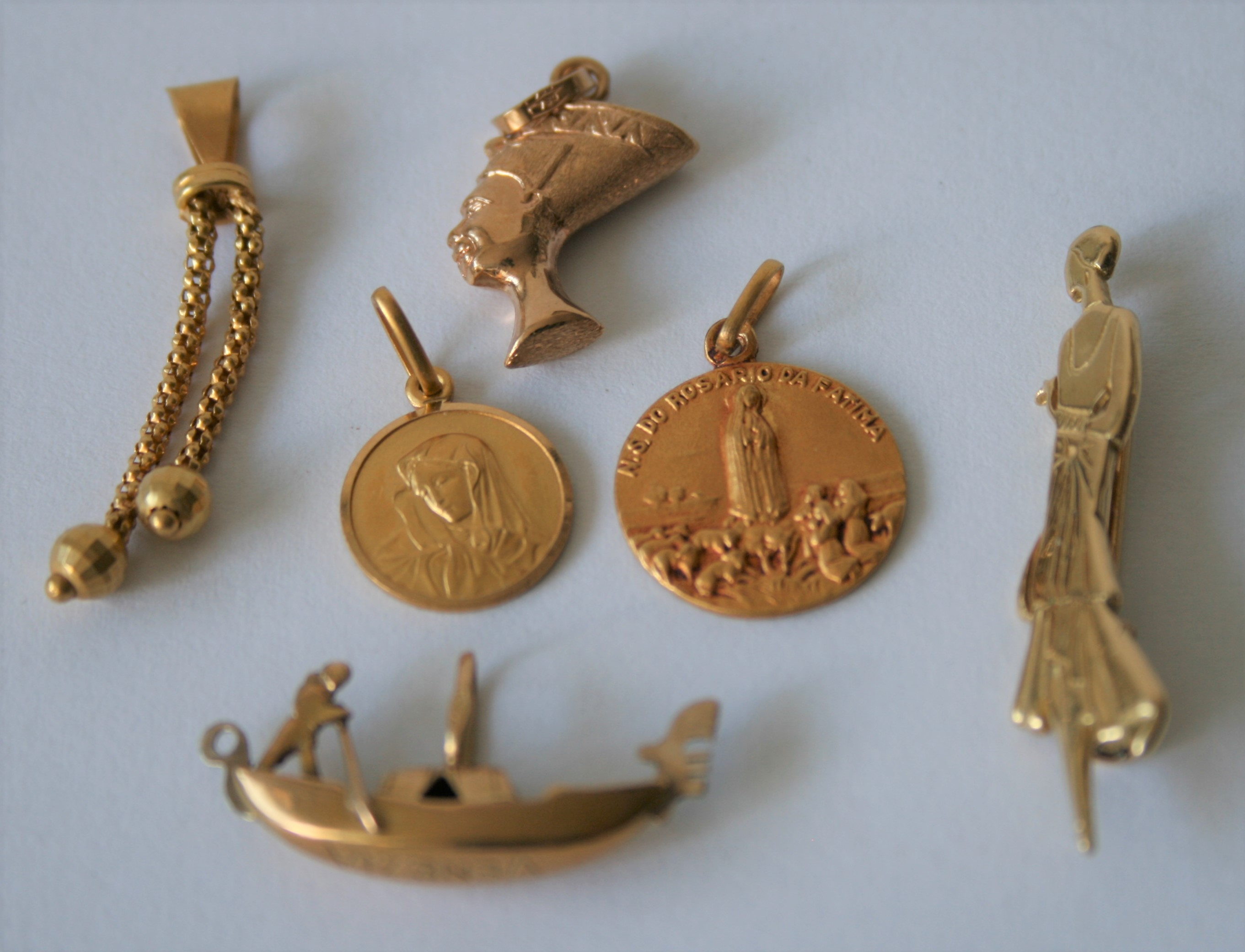 Ensemble de petits bijoux en or jaune, certains en 18 ct : 3 pendantifs, 2 médailles [...]