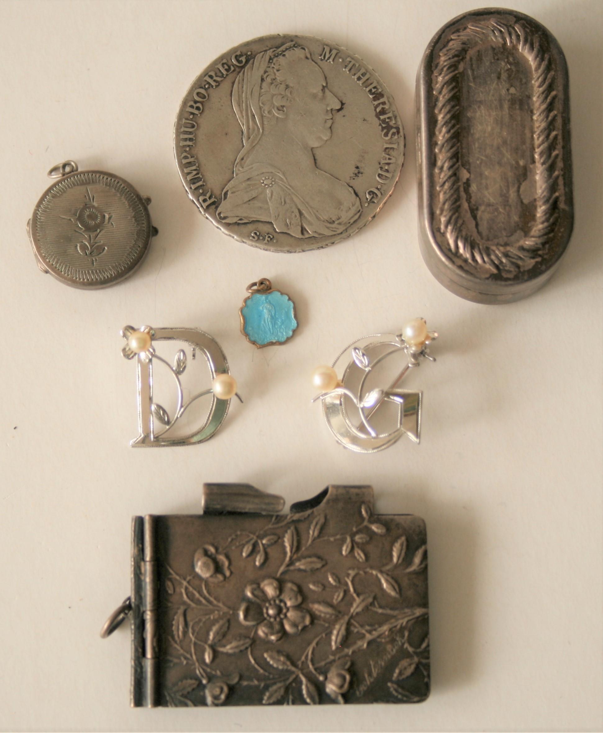 Ensemble d'objets en argent dont une paire de boucle d'oreilles garnie de 2 perles, [...]