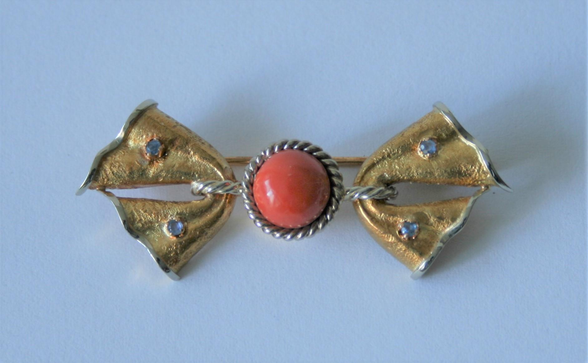 Broche en or 18 ct jaune et blanc en forme de noeud papillon sertie de 4 petites [...]