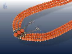 Kette/Collier: sehr dekorative, 3-reihige antike Korallenkette