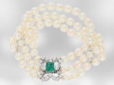 Armband: luxuriöses 3-reihiges Akoya-Zuchtperlen-Armband mit Smaragd und Brillanten, insgesamt ca.