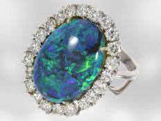 Ring: sehr hochwertiger Brillantring mit ungewöhnlich schönem und großen Schwarzopal, 18K
