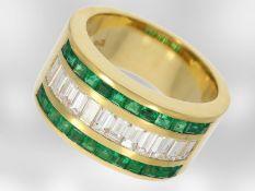 Ring: dekorativer breiter Gelbgoldring mit Smaragden und feinsten Diamanten, insgesamt ca. 2,47ct,