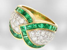 Ring: dekorativer, wertvoller italienischer Designerring mit Smaragden und Brillanten, insges. 3,