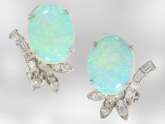 Ohrschmuck: dekorative, ehemals teure Weißgoldohrclips mit sehr schönen Opalen und Diamantbesatz,