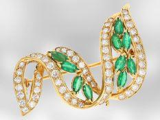 Brosche/Nadel: neuwertige Smaragd/Brillantbrosche in dekorativem Design, Handarbeit aus 18K Gold,