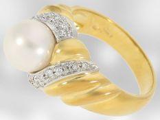 Ring: schöner Damenring aus 18K Gold, besetzt mit Brillanten und einer Zuchtperle, HandarbeitCa.