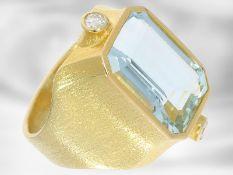 Ring: interessanter Goldschmiedering mit Aquamarin und Brillanten, 18K Gelbgold