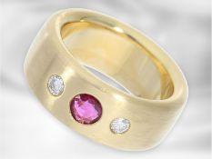 Ring: massiver, sehr schwerer Bandring mit einem Rubin und feinen Brillanten, sehr hochwertige