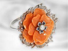 Ring: ungewöhlicher Korallblütenring mit Diamanten, Saphiren und kleiner Perle, italienisches