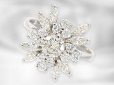 Ring: feiner, weißgoldener vintage Brillant/Diamant-Blütenring, zusammen ca. 1,1ct, Mittelstein