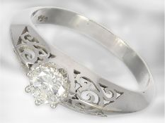 Ring: interessanter weißgoldener Solitär/Brillantring, ca. 0,47ct, dekorative Handarbeit, 18K