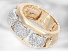 Ring: interessanter moderner Bicolor-Goldring mit Brillanten, insgesamt ca. 0,55ct, 18K Rosé-/
