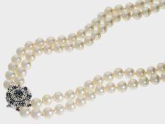Kette/Collier: sehr schöne, doppelreihige Zuchtperlenkette mit Saphirschließe