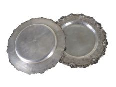Silberteller: Paar historisch interessanter Prunkteller, vermutlich aus dem Besitz des Emirs von