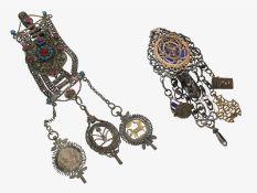 Uhren-Chatelaine: 2 äußerst rare Chatelaines, dabei äußerst ungewöhnliche Spindeluhren-Chatelaine