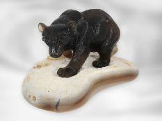 Figur/Steinschnitzerei: Bärenskulptur aus Rauchquarz auf einer Achatplatte, vermutlich aus dem