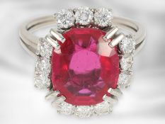 Ring: dekorativer Weißgoldring mit feinen Brillanten von insgesamt ca. 0,96ct und Rubin, dieser