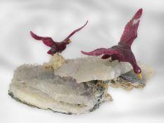 Figur/Steinschnitzerei: Entengruppe, Steinschneidearbeit aus Rubin auf einem Calcitsockel,