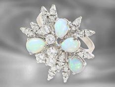 Ring: sehr attraktiver vintage Goldschmiedering mit Opalen und Brillanten von insgesamt ca. 0,85ct,