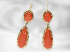Ohrschmuck: dekorative und hochwertige vintage Ohrhänger mit großen Korallencabochons, 18K Gelbgold