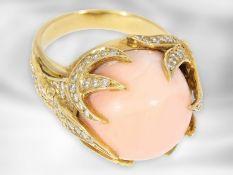 Ring: fantasievoll gefertigter Gelbgoldring mit Engelshautkoralle und Brillanten, insgesamt ca. 1,