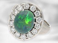 Ring: attraktiver weißgoldener Brillantring mit Opal, insgesamt ca. 1,12ct Brillanten, 18K Gold Ca.